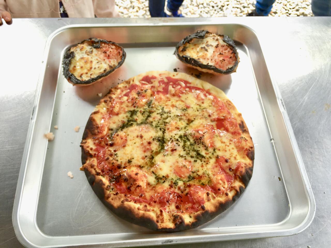 キャンプ場で焼いたピザ