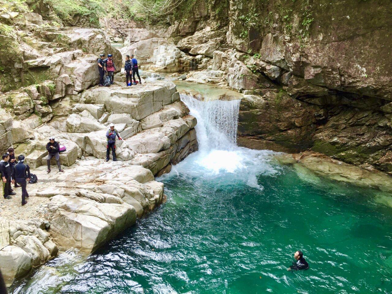 西ヶ洞の大釜で泳ぐ
